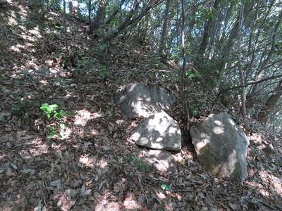 本丸下の石垣の跡