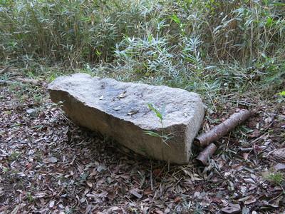 遊歩道でベンチになってる石材