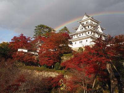 天守と紅葉と虹と