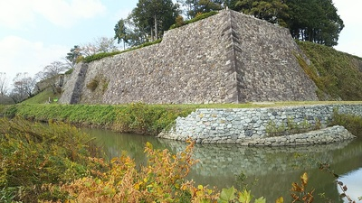 南東側から見る天守台の石垣と復元工事中の内堀(2017秋)