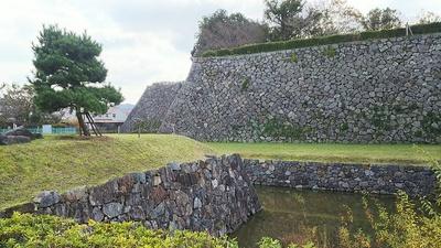 廊下門跡付近から見る石垣と水堀(2017秋)