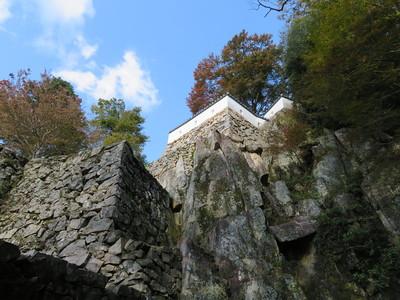 岩盤と石垣