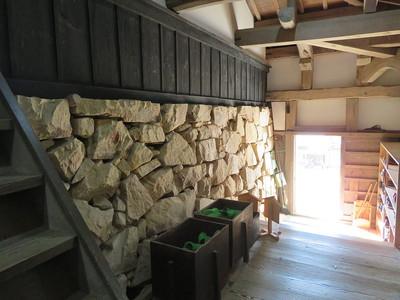 渡り廊下内に露出している天守台の石垣
