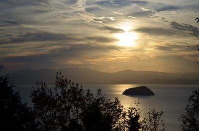 竹生島に夕陽が落ちる