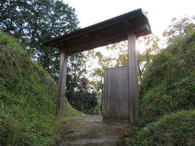 斜めに建つ堀切内の門