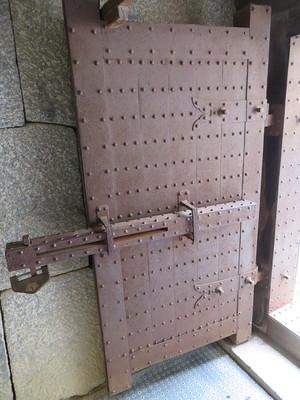 穴蔵の鉄板張りの門扉