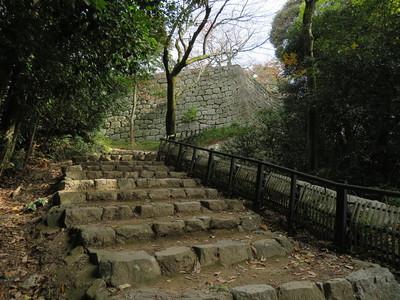 待合番所跡の石垣、大手道と東登石垣