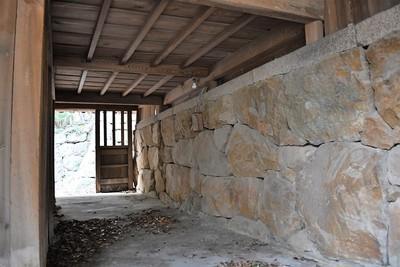社殿下の石垣