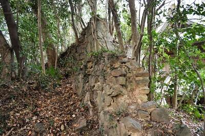 社殿横の石垣(石組)