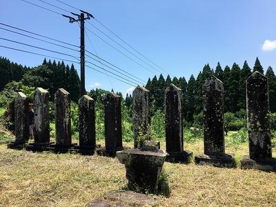 伊東氏累世の墓(本丸跡に至る道の途中)