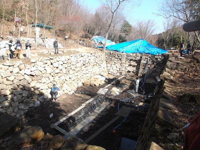 調査保守のため水を抜いた大池
