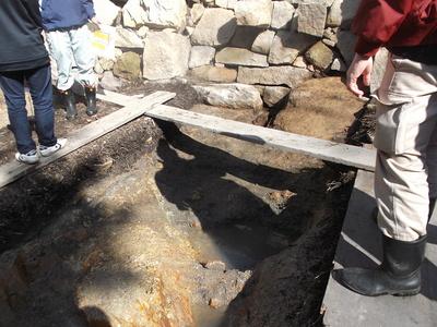 大池の排水用とみられる木樋