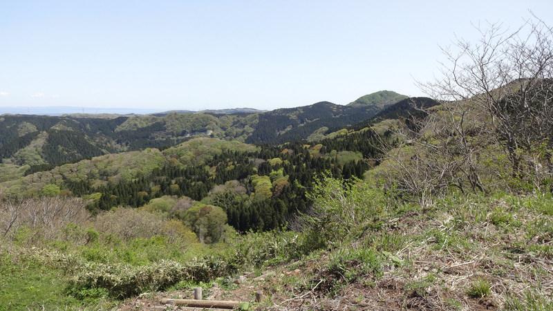 山頂から七尾城を望む
