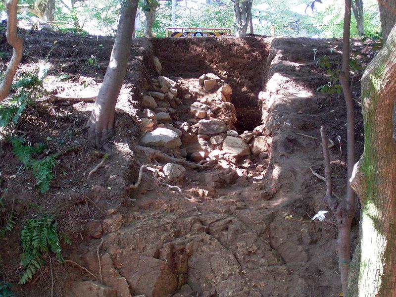 岩盤上に築かれた石垣[小牧山城]