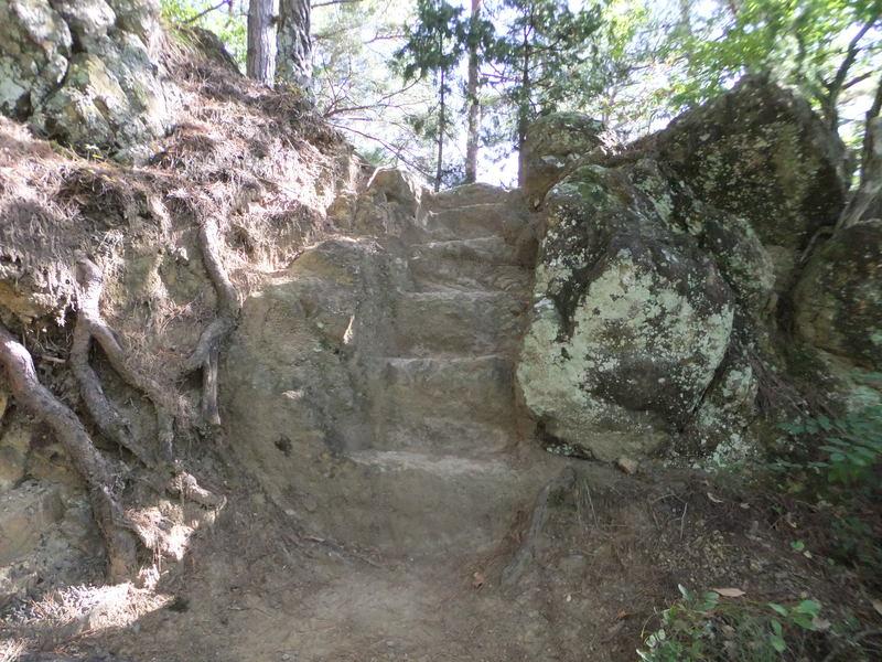 岩を加工した階段