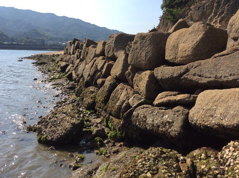 干潮時に姿を現す石垣