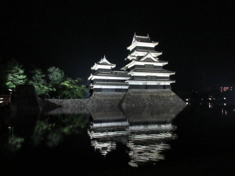 天守(松本城公園から)