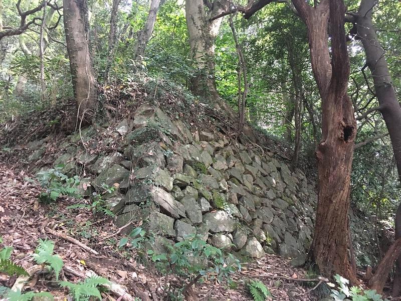 登山道沿いの石垣