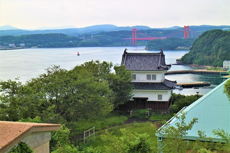 天守より懐柔櫓と平戸大橋を望む
