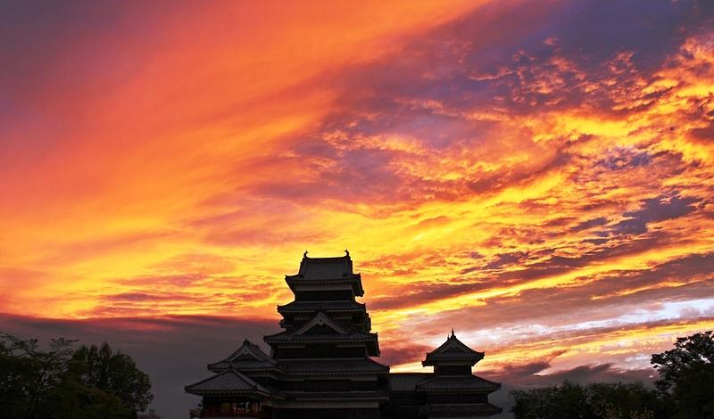 松本城天守(夕暮れ)