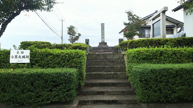 城跡碑と説明板(右)