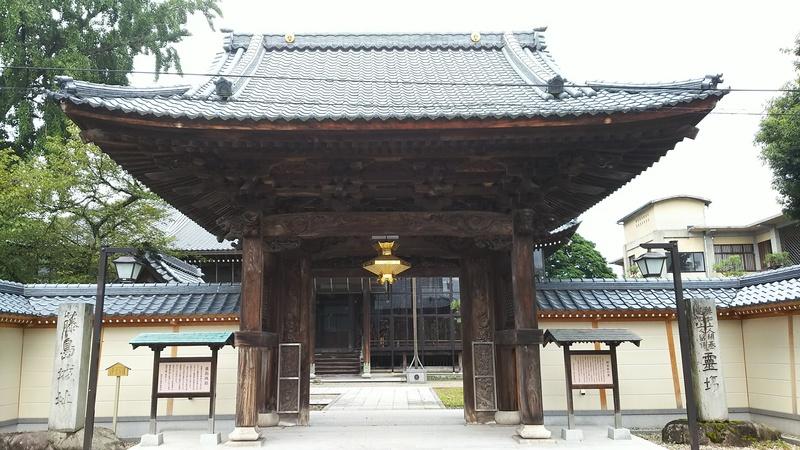 西超勝寺山門と藤島城跡の石碑、説明板