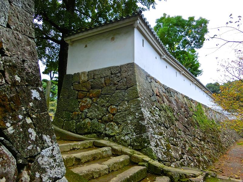 搦手門と石垣(外側)