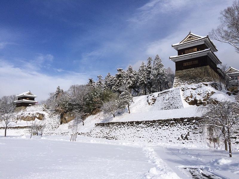 尼ヶ淵から見る西櫓と南櫓