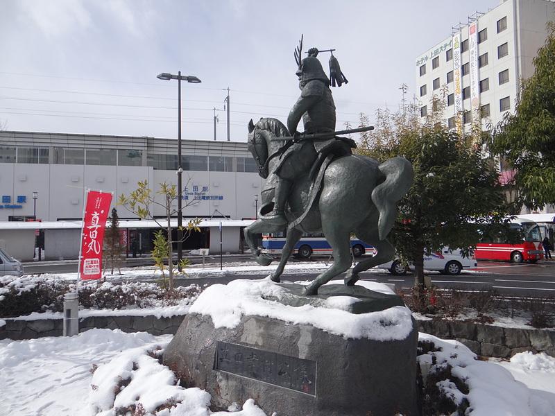 上田駅前の真田幸村像(背面)[上田城]