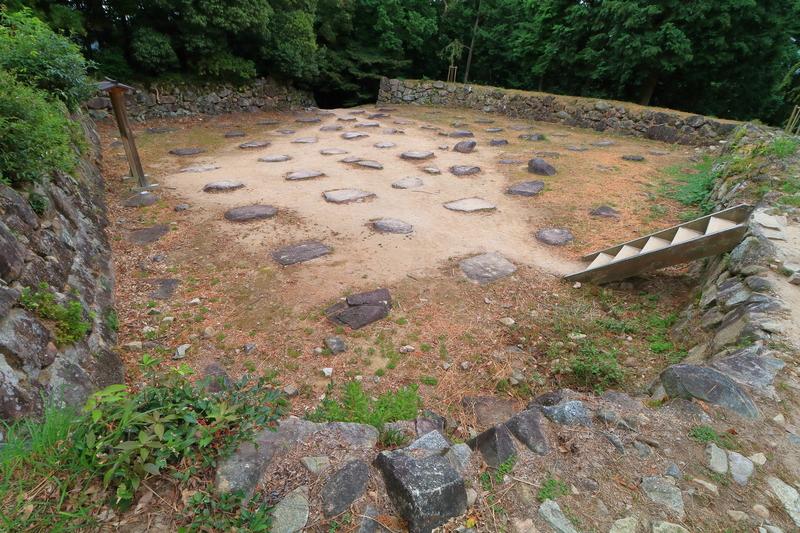 天主跡 内側石垣と礎石群を広角で[安土城]