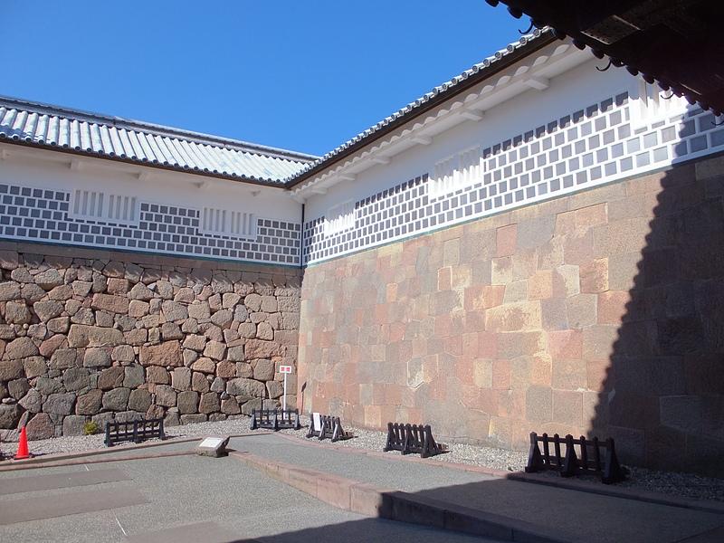 石川門石垣(右:切り込みハギ 左:打ち込みハギ)[金沢城]