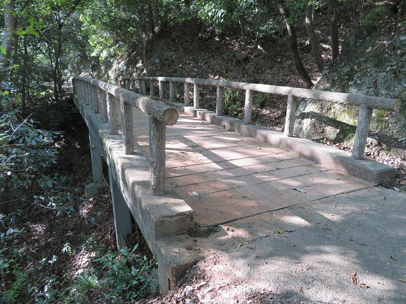 堀切跡(通称毛抜堀跡)にかかる橋