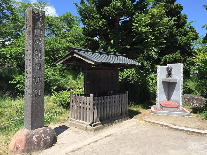 石碑、説明板と松平乗謨(大給恒)像