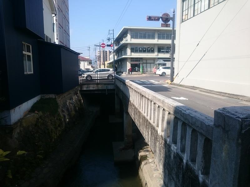 家屋が載る橋