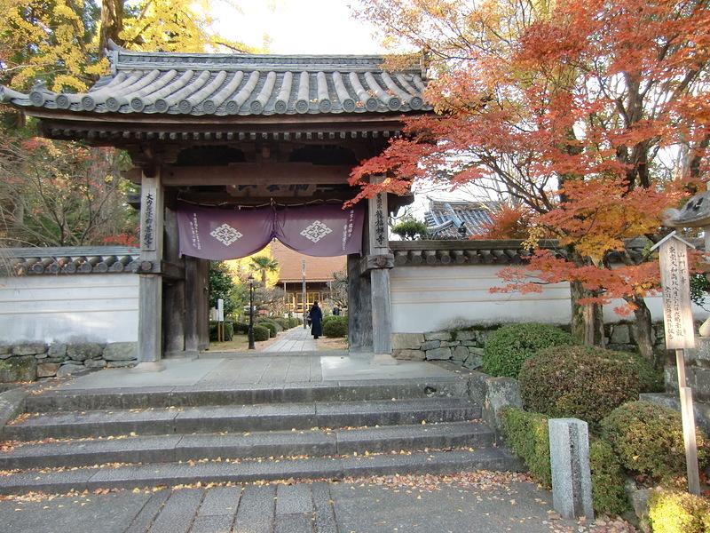 城址の龍福寺表門