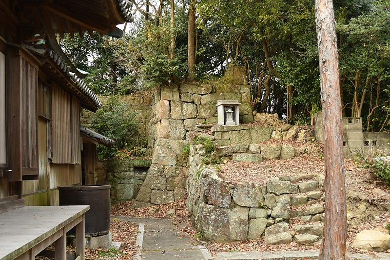 社殿横の石垣