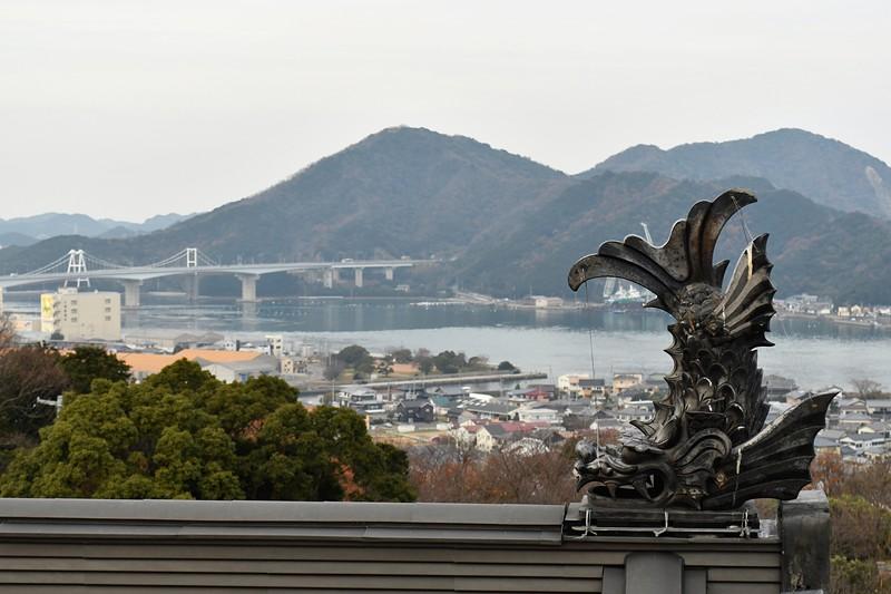 天守から見た鯱と小鳴門橋
