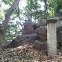 城址碑脇の記念碑