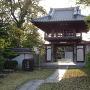 寺碑と門と前田城址碑