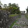 堀に並べられた積み直しを待つ石垣たち