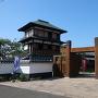 下屋敷冠木門(かぶきもん)と本丸櫓