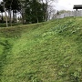 本丸の空堀と土塁
