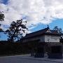 鯱の門と鍋島直正公像