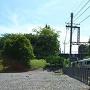 本丸を通過する近鉄電車