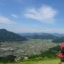 山頂の石碑とツツジそして風景