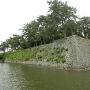 石垣と内堀・・戌亥櫓跡方向