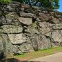 下乗橋北詰東面の石垣、矢穴も