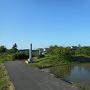 城址碑のある畑