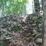 北の郭東側の空堀沿いにある石垣
