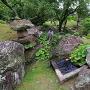 花崗岩のくりぬき井戸(表御殿庭園)と、博物館を広角で